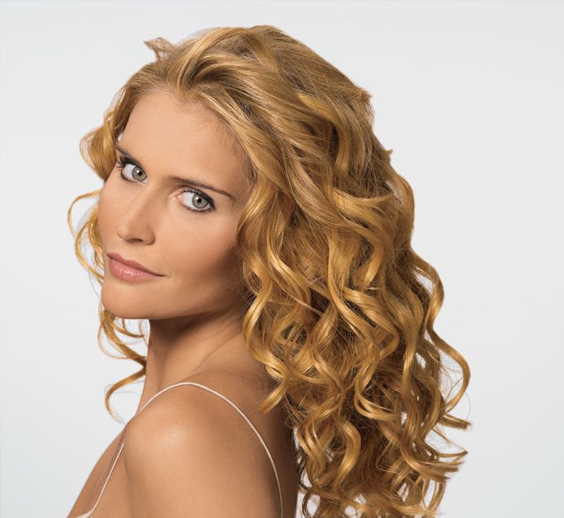 Светловолосая девушка с волнистыми волосами
