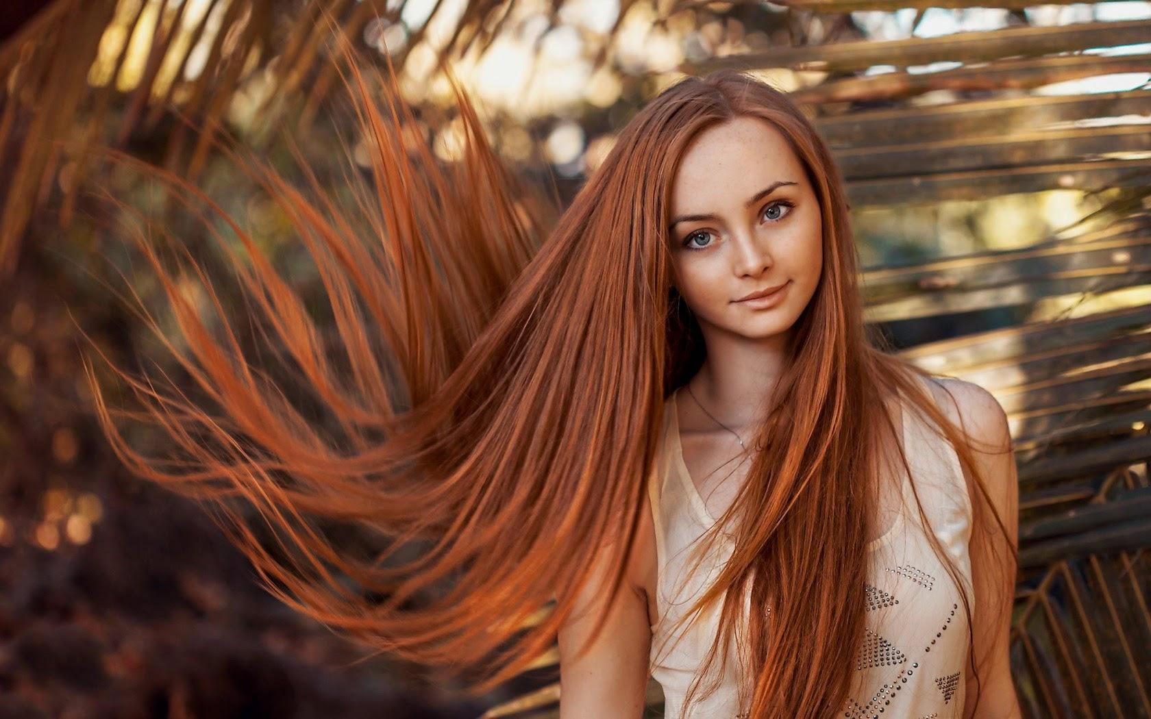 Девушка с длинными, рыжими, развивающимися волосами