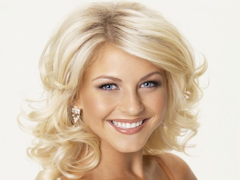 Улыбающаяся блондинка