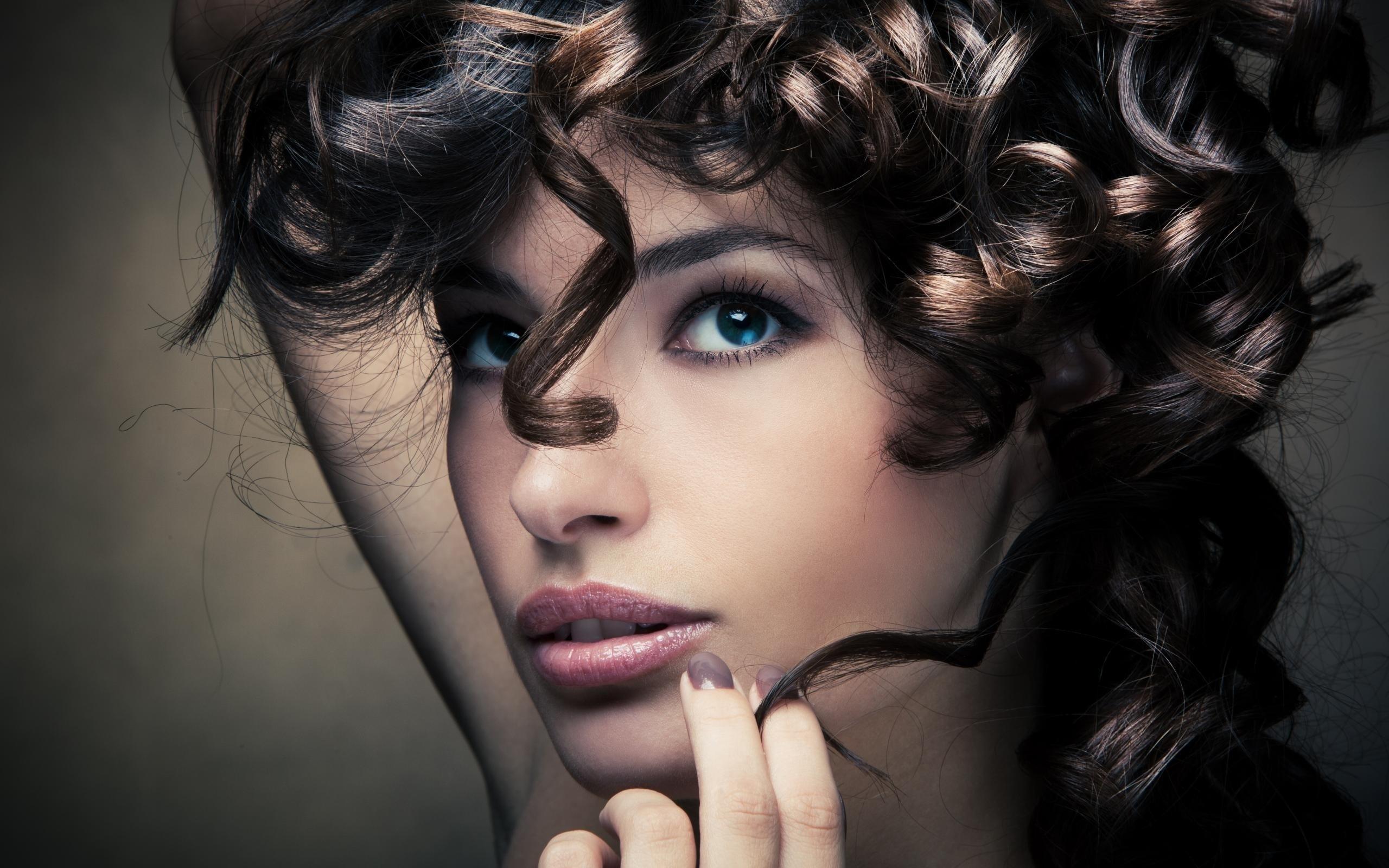 Темноволосая девушка с красивыми локонами