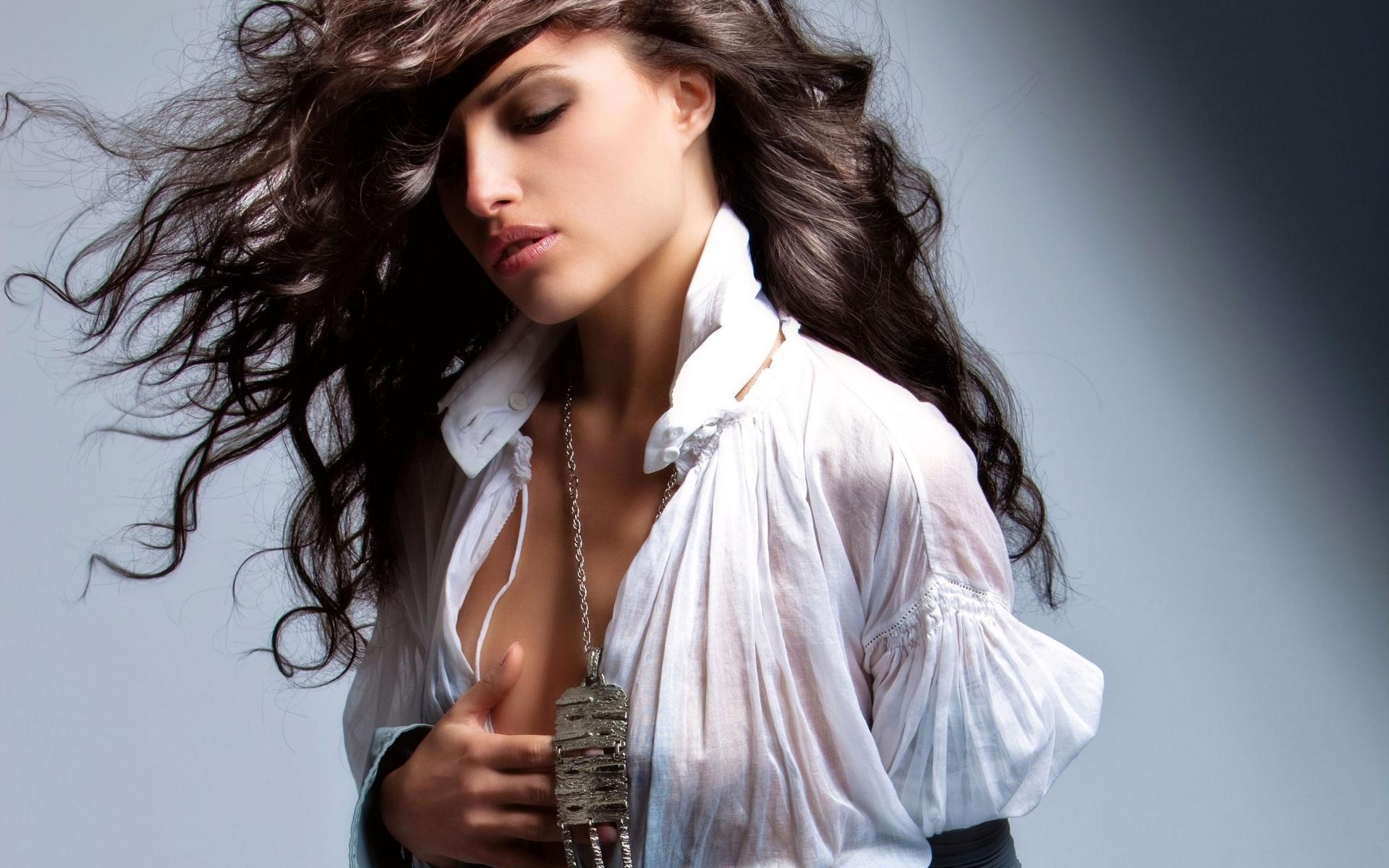 Девушка с темными, длинными, волнистыми, развивающимися волосмаи
