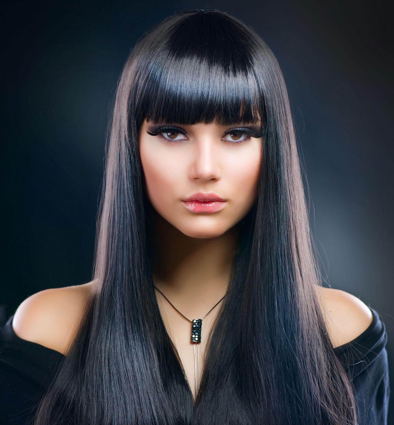 Девушка с прямыми длинными темными волосами