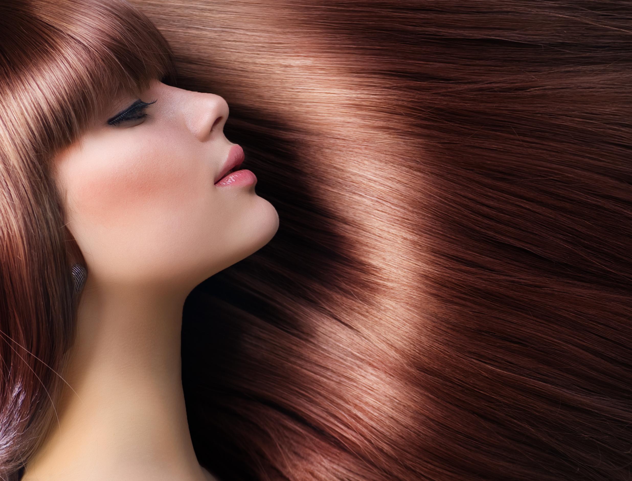 Девушка с красивыми, длинными, прямыми волосами