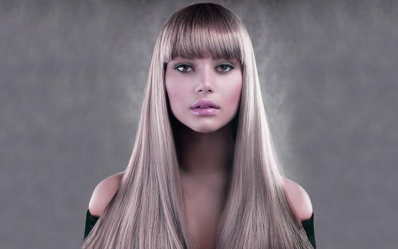 Девушка с длинными, светлыми, прямыми волосами