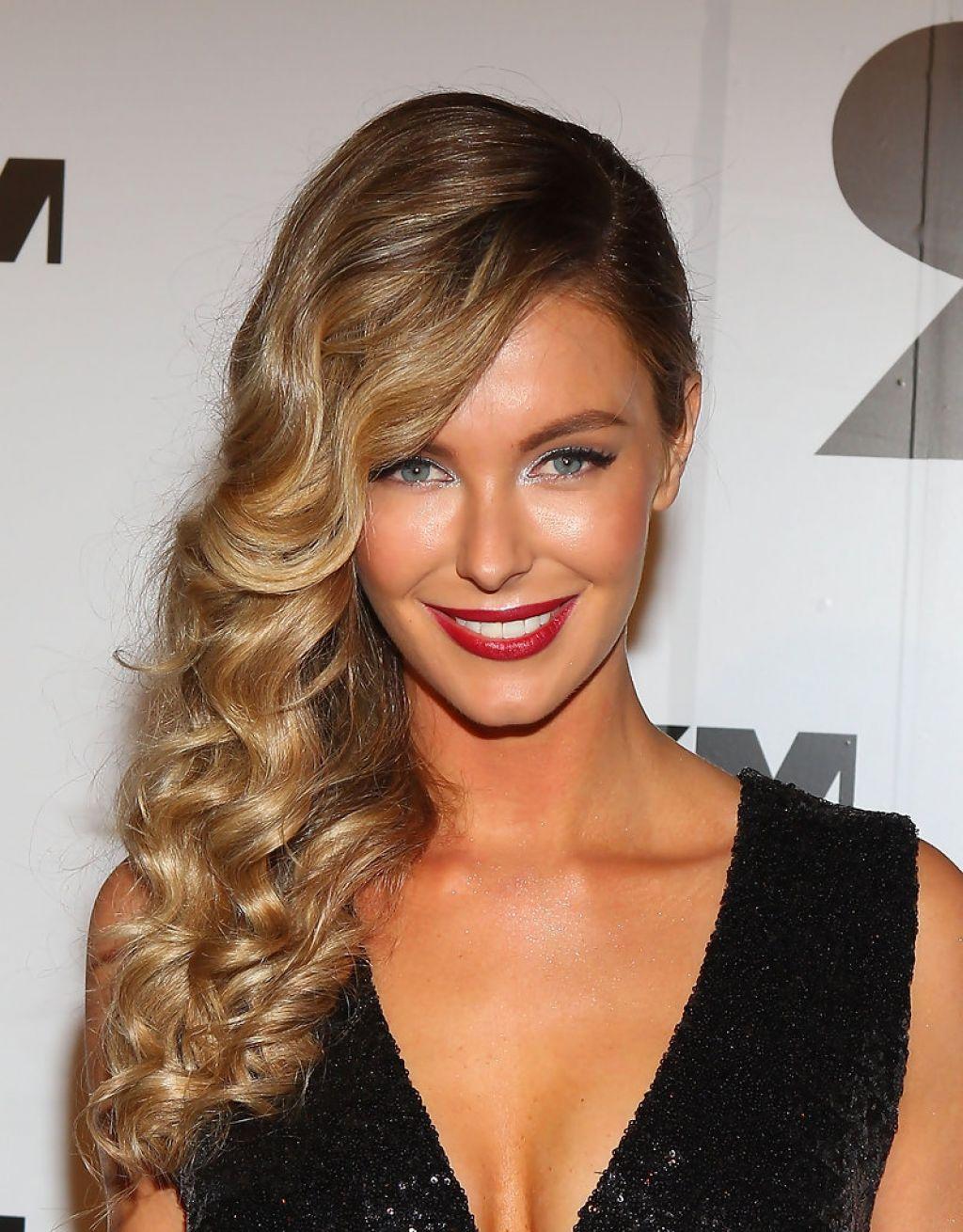 Девушка с длинными, волнистыми волосами и с укладкой на бок