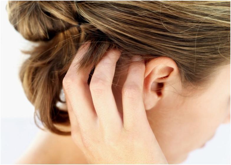 Девушка чешет голову