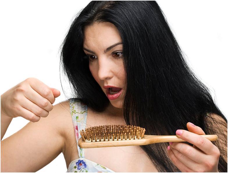 Выпадывают волосы у девушки