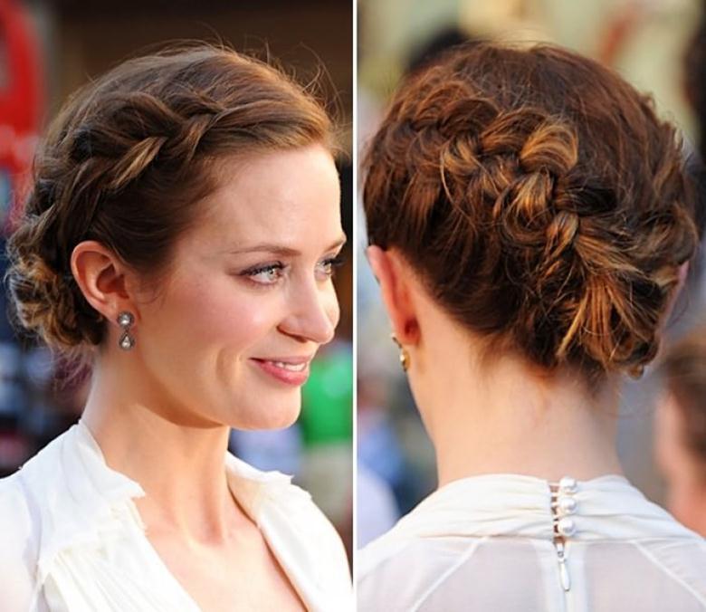 Когда французские косички для коротких волос сделаны, обеспечивается фиксация с применением резинки