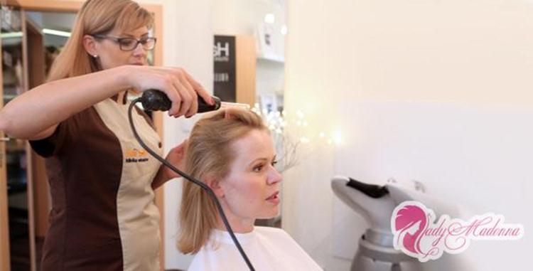Во время процедуры зачесываете волосы назад
