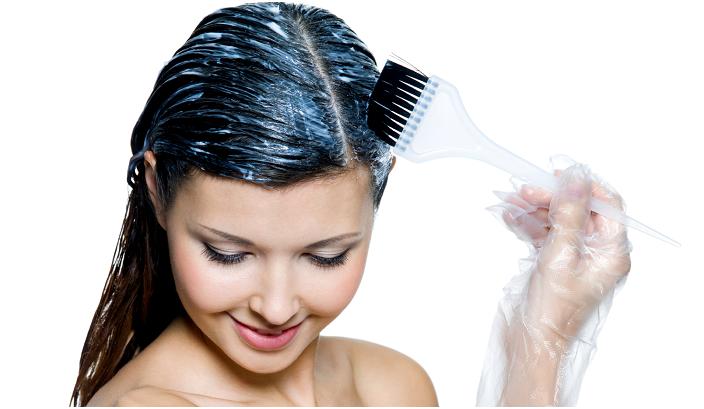 Красить нужно аккуратно, чтобы не пачкать лоб и уши, иначе кожа отмоется далеко не сразу