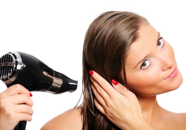 Сушить феном волосы