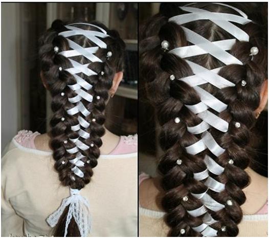 В результате на голове появляется как бы ленточная шнуровка, которая соединяет две косы