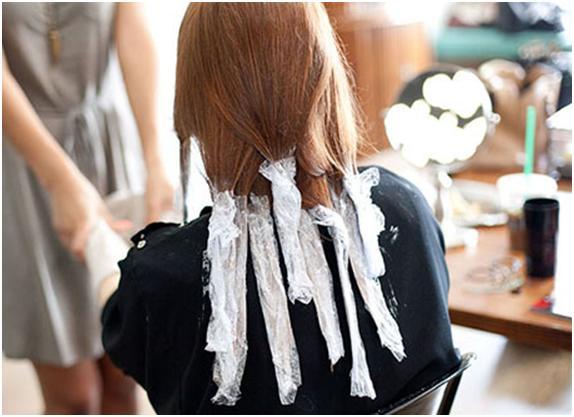 На прядки волос нанесите краску с середины до конца, заматывая каждую прядь в фольгу
