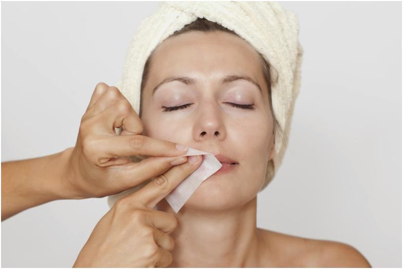 Удаление волос на лице восковыми полосками