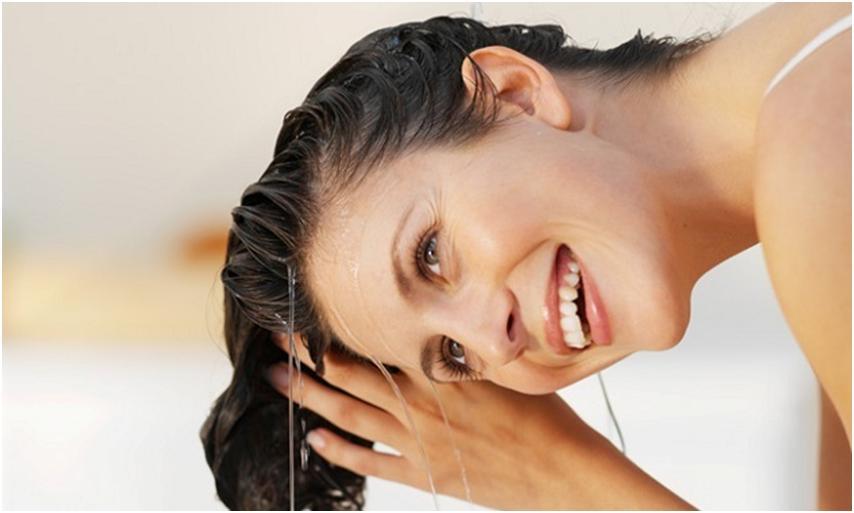 Девушка увлажняет волосы