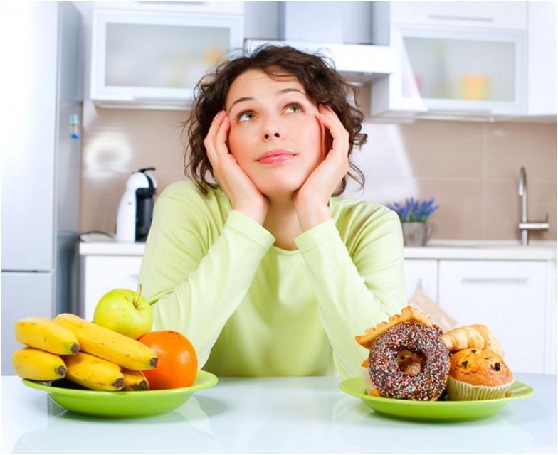 Девушка и продукты питания